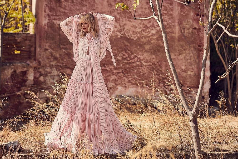 Μακρύ φόρεμα από την καλοκαιρινή συλλογή της Costarellos, το οποίο μπορεί να φορεθεί άνετα τις καλές ημέρες του φθινοπώρου είναι τώρα σε έκπτωση 30% | Φωτογράφιση στα εγκατελλελημένα κτίρια Μπενάκη στο Κάτω Σούλι