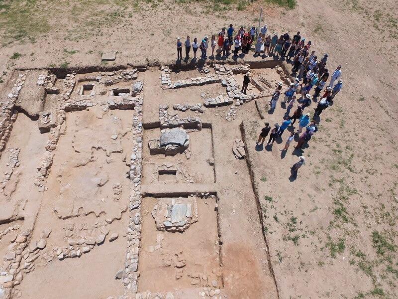Το μνημειακών διαστάσεων μέγαρο στα αριστερά της φωτογραφίας