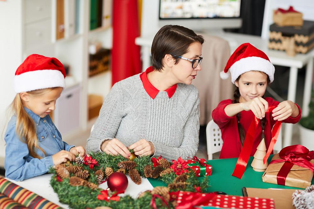 Μία ωραία ιδέα και στο πνεύμα των Χριστουγέννων, είναι να βάλουμε τα μικρά παιδιά της οικογένειας ή τους φίλους μας να μας βοηθήσουν!