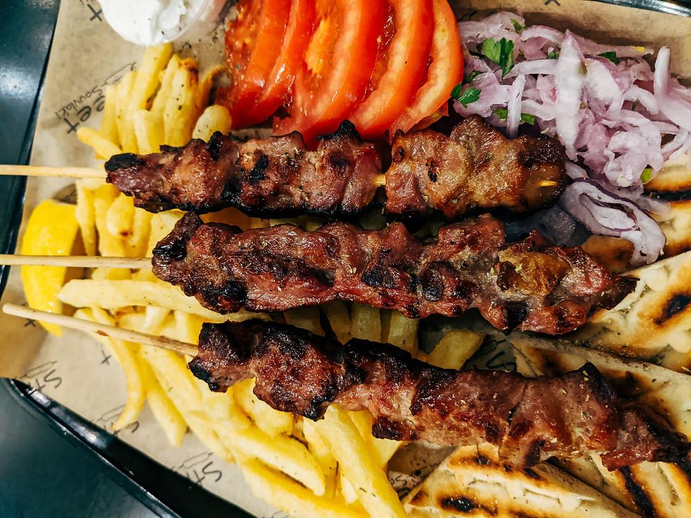 Τα κλασικά καλαμάκια μπορείς να παραγγείλεις φυσικά στα σουβλατζίδικα της περιοχής.
