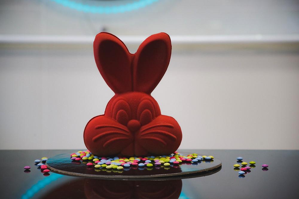Ένας μοντέρνος κόκκινος λαγός σοκολάτα στο ζαχαροπλαστείο Nefeli στη Νέα Μάκρη
