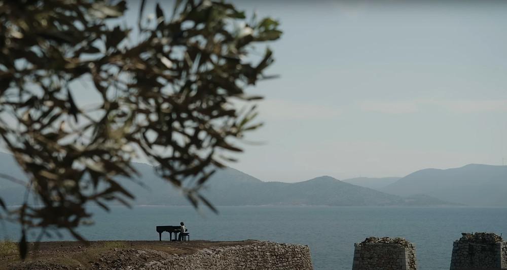 Ο Στέλιος Κερασίδης σε ένα μαγικό σκηνικό από το νέο του μουσικό βιντεοκλίπ