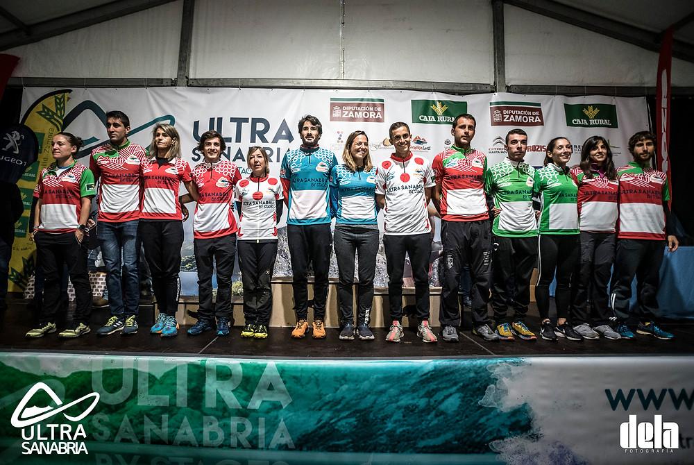 Foto de familia de los premiados con los maillots patrocinados por Sanabria Lake. DELA