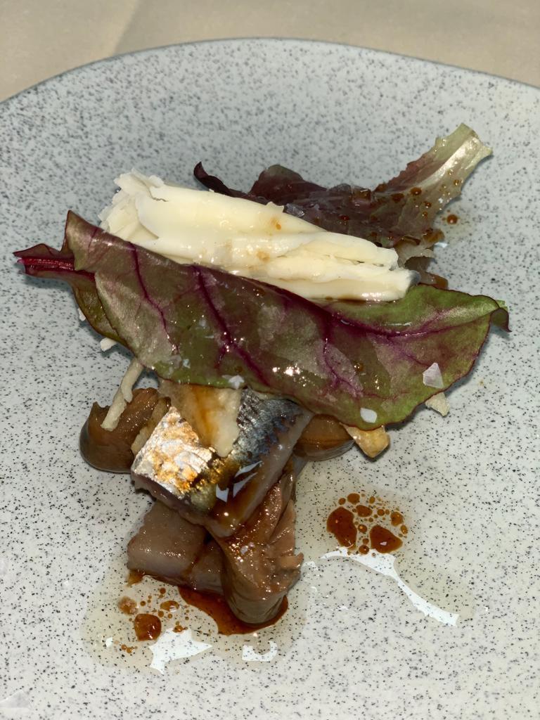 Ensalada de sardina ahumada, níscalos escabechados con manzana y queso.