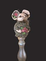 Cheryl, mouse on stand.ext, black.png