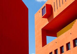 オレンジモダンな建物