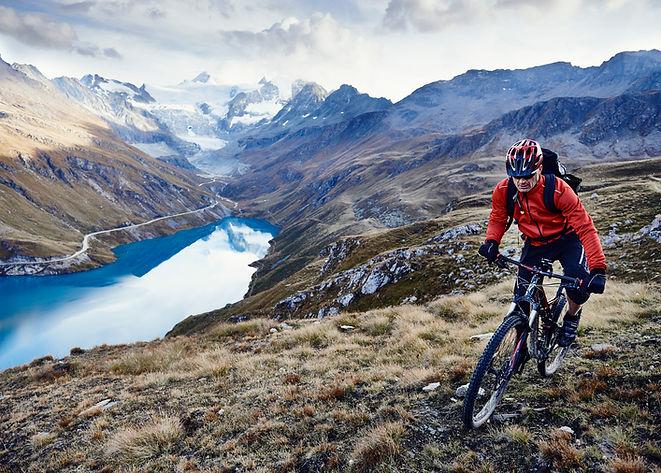 Horská cyklistika u jezera