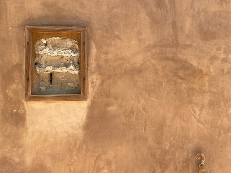 Adobe, Vigas, and Kiva Fireplaces: Key Features of Santa Fe Architecture