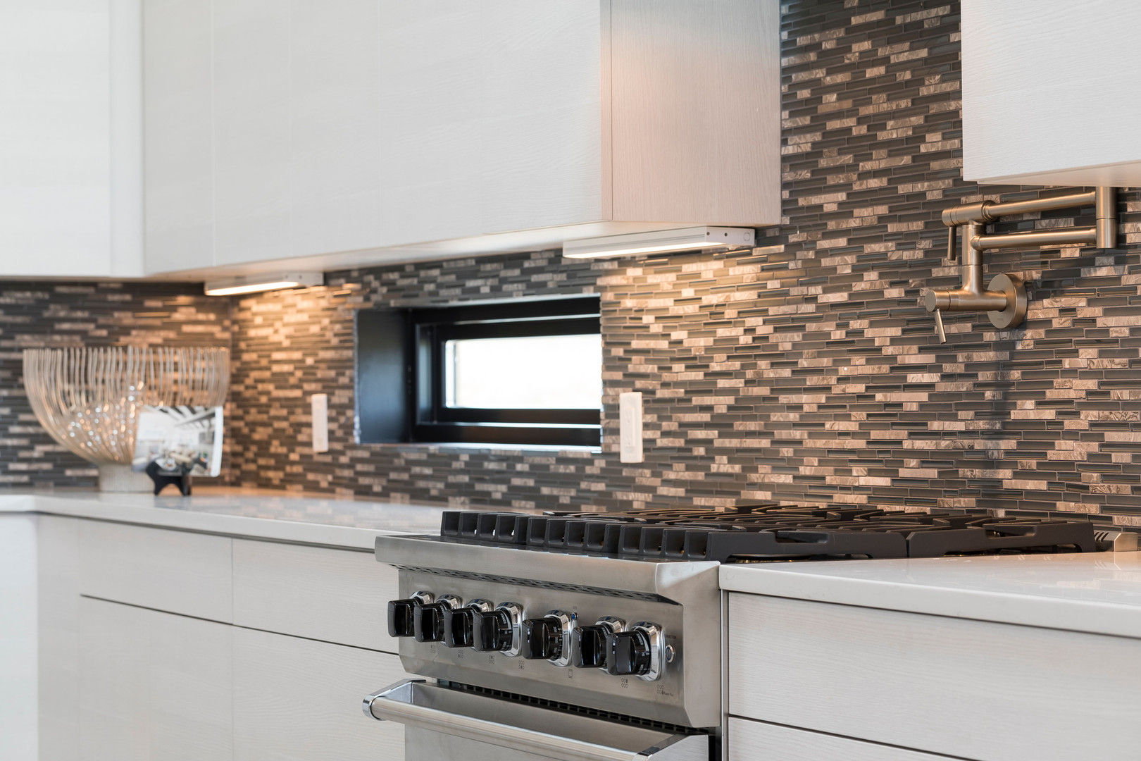 Abierto | Kitchen Backsplash and Range