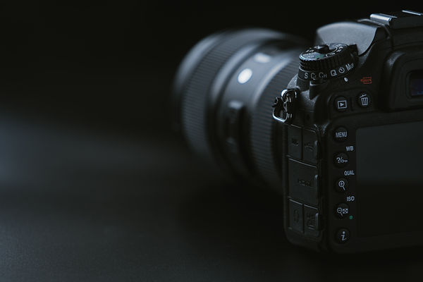 camera-on-black-surface-1655817.jpg