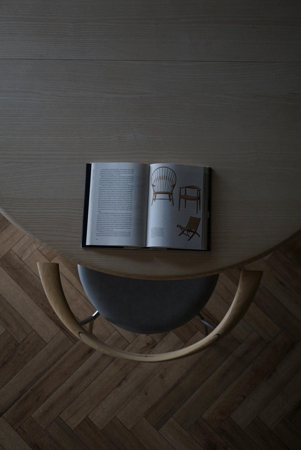 北欧の名作チェア、Hans J. Wegnerが自邸のためにデザインしたPP Mobler社のPP701ミニマルダイニングチェア。