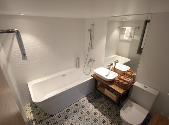superior bath room3.JPG