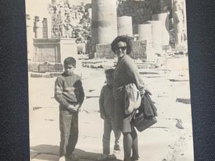 رحلة لقصر و اسوان في السبعينات. هيام مشرفة في الرحلة مع ابنها و بنتها