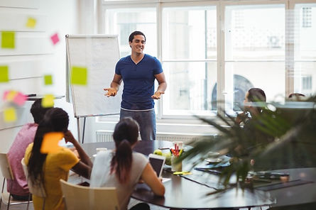 ejecutivo-negocios-interactuando-sus-col