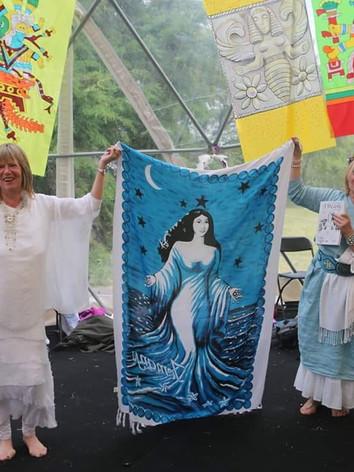 Kathy Jones e Luiza Frazão, com o estandarte de Yemanjá oferecido pelas irmãs do Brasil