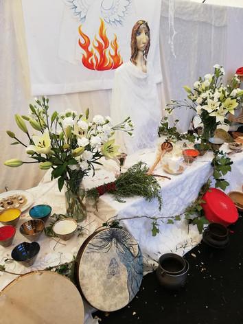 Altar central, d edicado à Deusa Donzela do Monte da Lua. Imagem de Carla Mourão e pintura de Mizé Jacinto