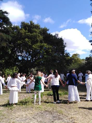 Danças Circulares, trazidas da Irlanda pela Sacerdotisa Juliana Torres, que integra o grupo cerimonial de 2021