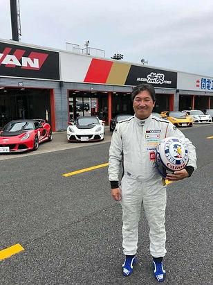 Yuji Naka avec casque F1 Sega.jpg