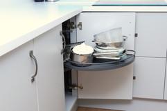 Corner kidney shelf
