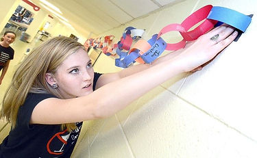 Stratford Central students create chain of vows to not drive while impaired.