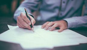 Signature Homme qui signe un contrat