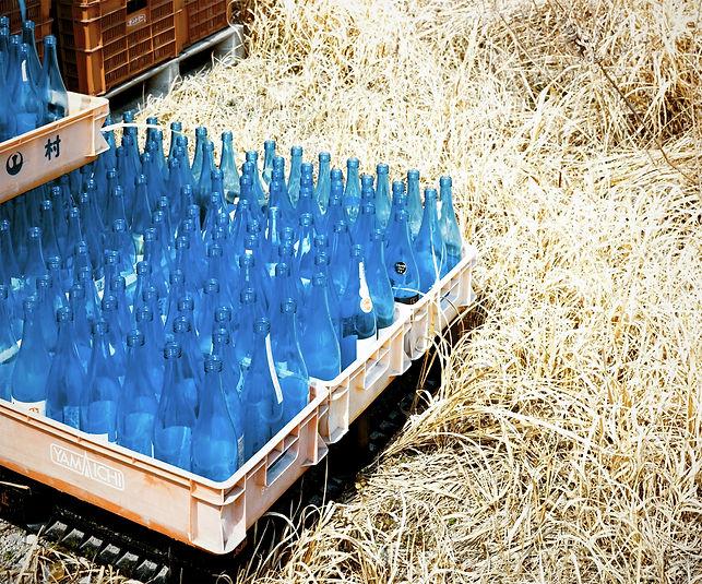 青い瓶のある風景.jpg