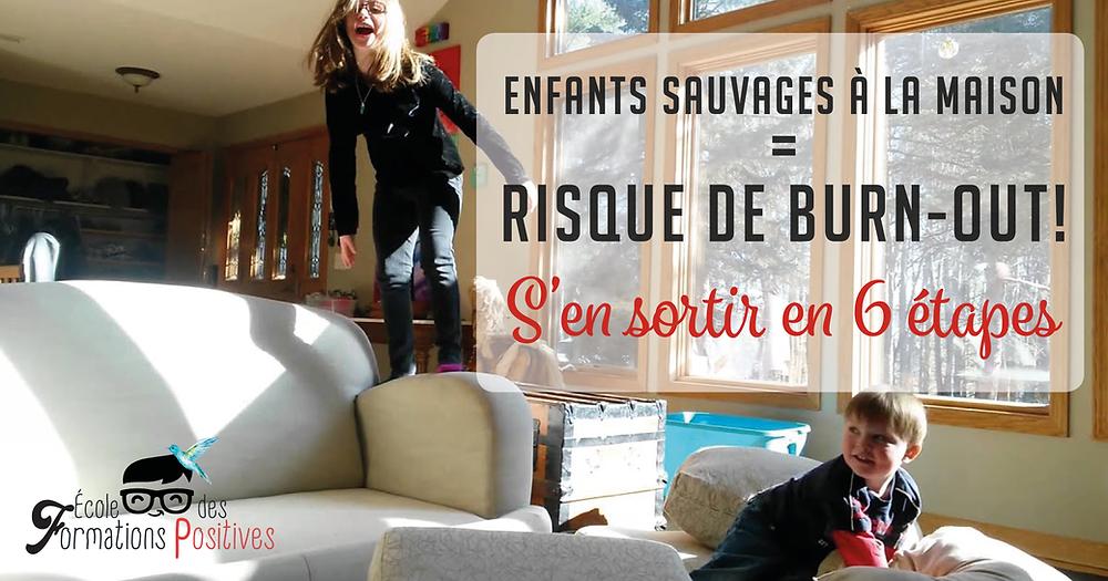 Enfants plein d'énergie sautant sur un canapé
