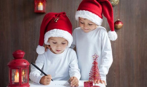 enfants préparent cadeau de noel