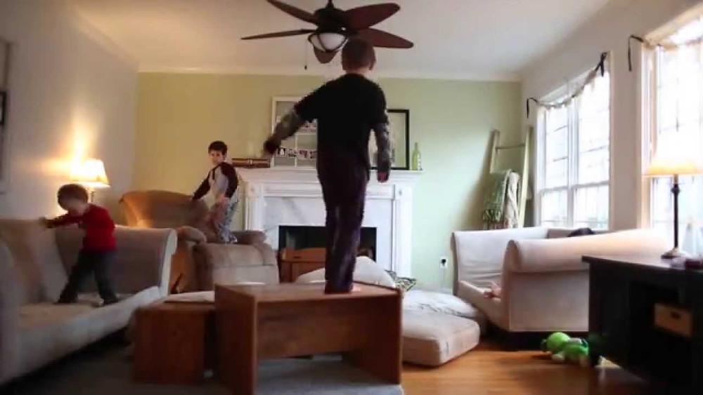 enfants en train de sauter sur les canapés