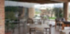 Vendita in Sardegna di allestimenti in vetro per locali commerciali realizzati dalla vetreria Frau