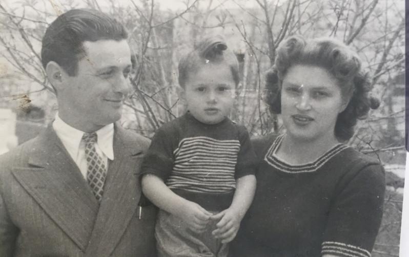 ילידי רומניה. שרדו את זוועות השואה, עלו לארץ והקימו משפחה לתפארת בת שני ילדים: ברוך ודפנה (ונדל)