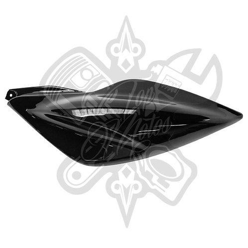 Chapa trasera izquierda Replay para Yamaha Aerox Negro Brillante