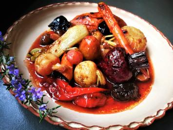 ירקות שורש צעירים ביין לבן, ערמונים ושזיפים מיובשים