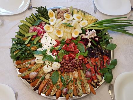 מגשי אירוח צבעוניים ושמחים