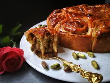 עוגת שושני שמרים עם טחינה, דבש, פיסטוקים ורכז רימונים
