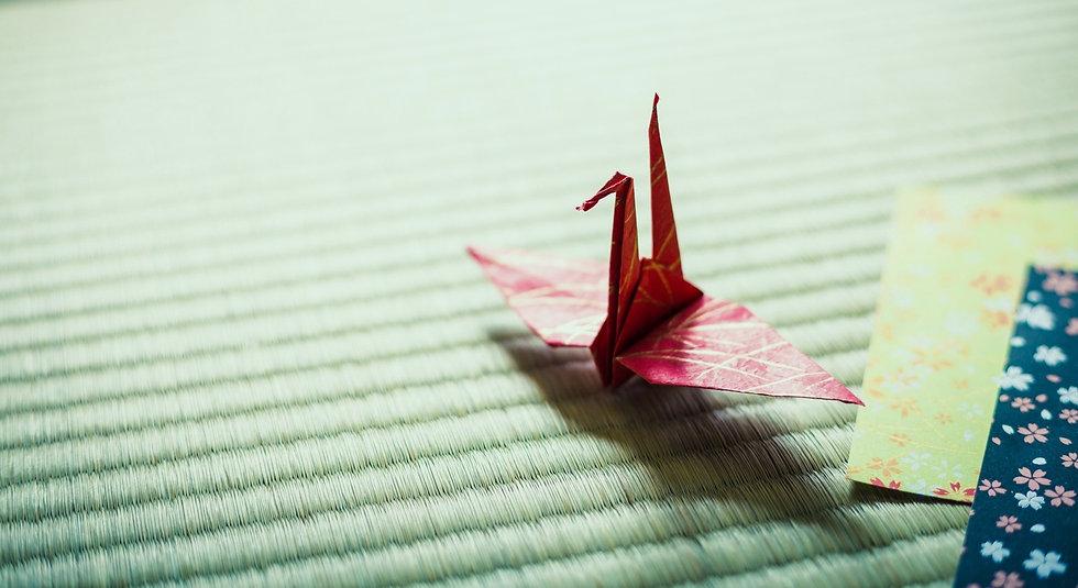 畳に折り鶴