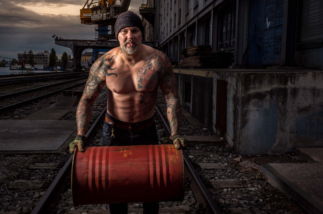 Strongman Timo mit Ölfass am Basler Rheinhafen
