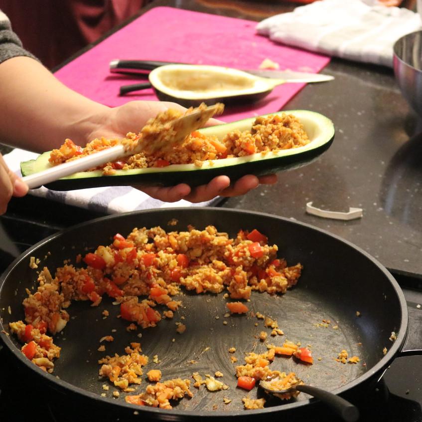 Gefüllt mit Soja, Gemüse und Couscous und mit veganem Käse überbacken.