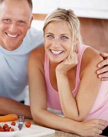 Couple heureux dans la cuisine