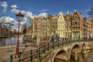 town-palace-city-canal-walkway-cityscape