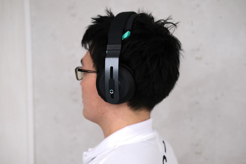 熊本のメディカルフィットネスSINKA GYMで貸し出している、脳の運動野を刺激するHalosports(ヘイロースポーツ)をスタッフが着用した写真です。
