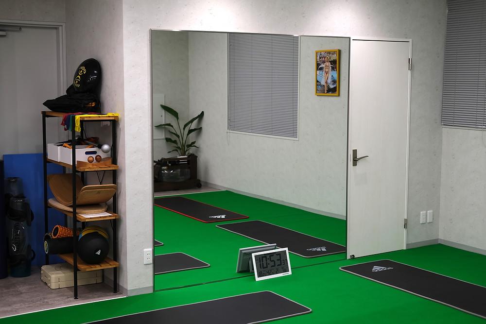 メディカルフィットネス SINKA GYM のストレッチスペースに新しく鏡が設置されました。トレーニング時のフォームチェックなどに活用します。体つきや姿勢の左右差を確認し、日常動作の改善を図ります。自分の体を客観視し、ダイエットやボディメイクのモチベーションアップにも繋がります。