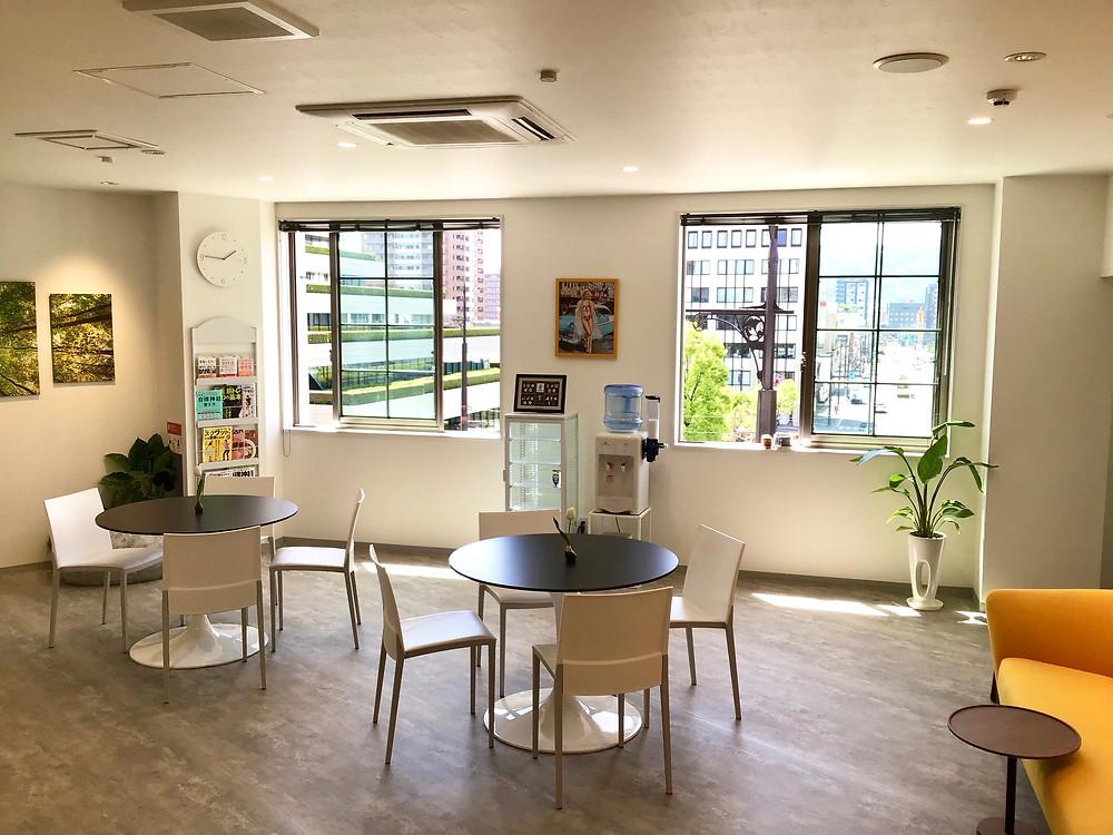 熊本のメディカルフィットネスSINKA GYM(シンカジム)のカフェスペースの写真です。新型コロナウイルス対策として換気していますが、天気がとてもよくてとても気持ちいいです。