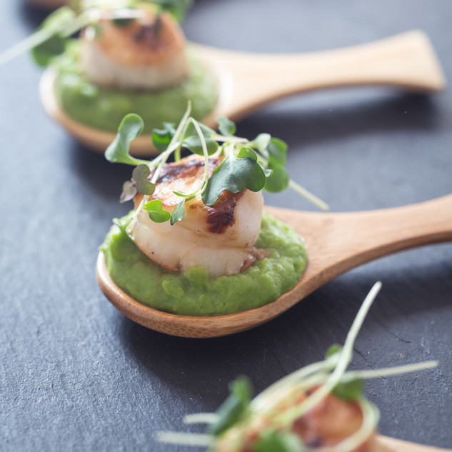 Seared scallops with minted pea purée