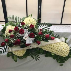 Croix avec des roses rouge