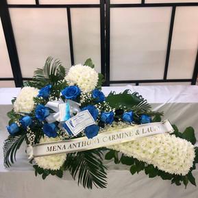 Croix avec des roses bleu