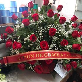 Panier avec roses rouge