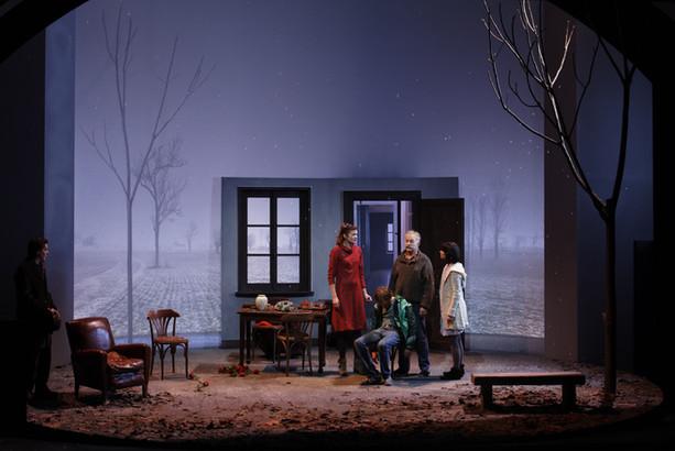 La Maladie de la famille M, de et mis en scène par Fausto Paravidino ©Christophe Raynaud-De Lage-coll.Comédie française
