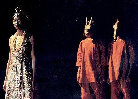 Antigone, mis en scène par Sotigui Kouyaté, 1997 ©Ramon Seguera/Agence Enguérand.