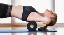 Nackenschmerzen mit Faszienrolle behandeln